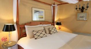 Chambre Noix, classic bed